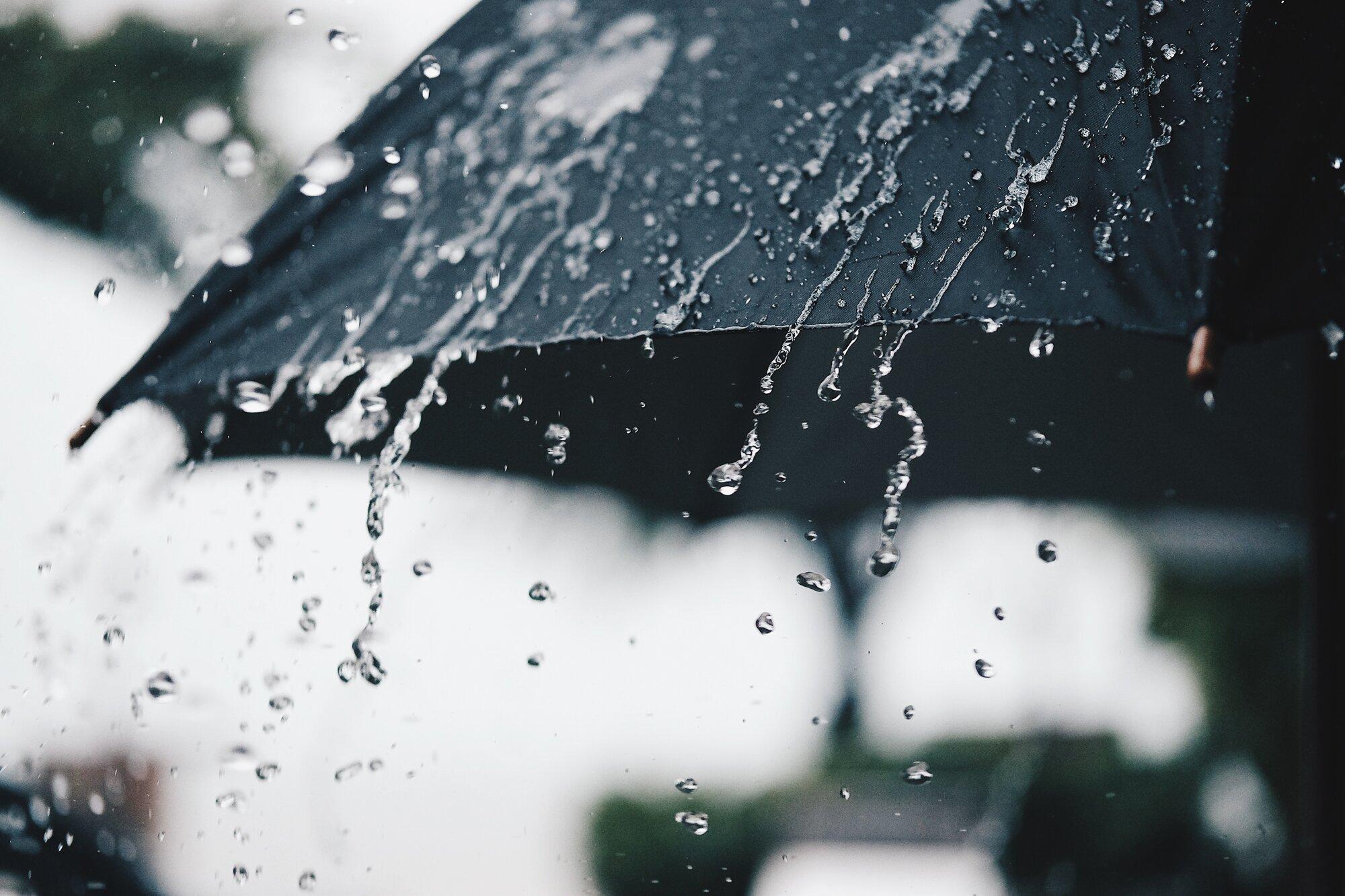 Umbrella-in-the-rain_NoLocation_1_2000x1333_etovilla